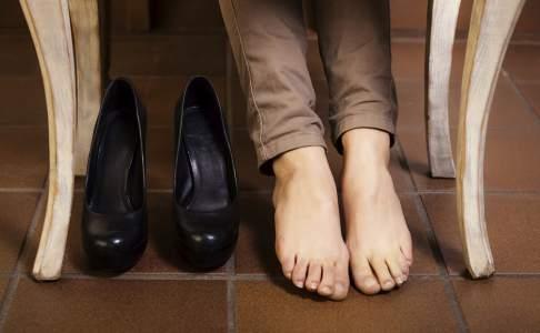 Trucos para acabar con el mal olor en los pies y usar tus zapatos favoritos todo el año.