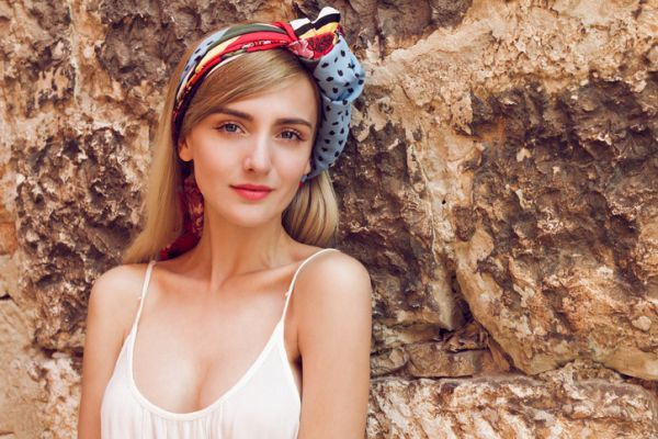 Maneras de peinar con un pañuelo en tu cabello corto y luce genial este verano.